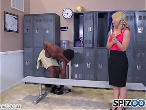 Rich infatuating dame deepthroats my sausage in the locker apartment