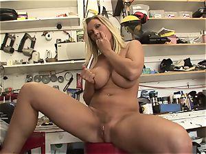 steaming Devon Lee enjoys teasing her sugary-sweet raw clittie